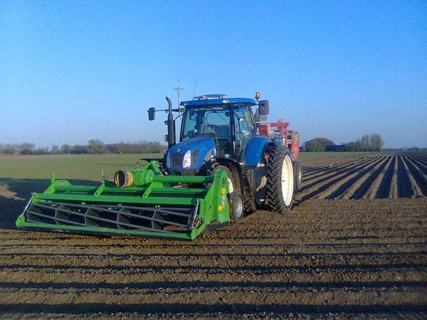 Aardappelen planten met AVR Multivator en Gruse bekerpootmachine